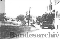 Tiger 112 approaches the Jedeida bridge